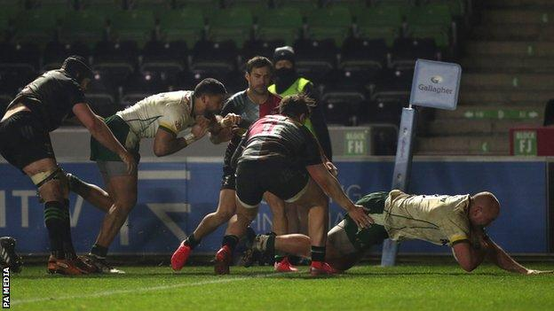 Oli Hoskins scores for London Irish