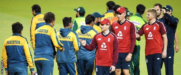 England and Pakistan shake hands after drawing the T20 series
