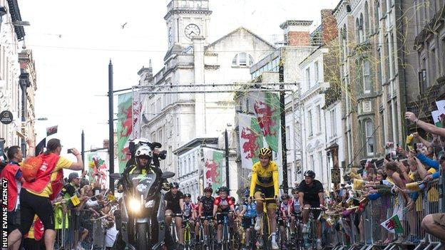Geraint Thomas cycling through Cardiff