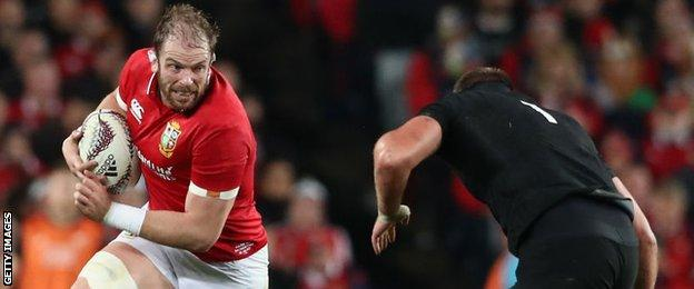 Alun Wyn Jones running at Joe Moody