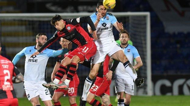 Ross County's Ross Draper and St Mirren's İlkay Durmus