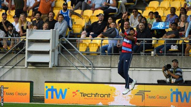 Chris Jordan takes a spectacular catch to remove Colin de Grandhomme