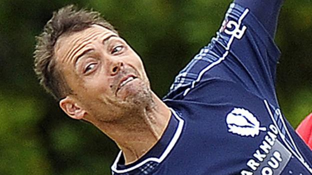 Con de Lange: Scotland all-rounder dies aged 38 after brain tumour thumbnail