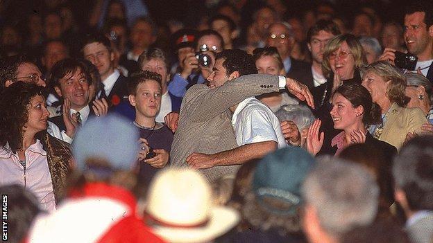 Pete Sampras กอดพ่อของเขาหลังจากคว้าแชมป์วิมเบิลดันในปี 2000