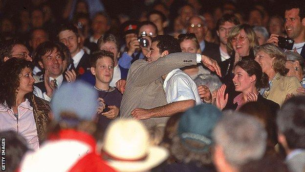 Pete Sampras กอดพ่อของเขาหลังจากคว้าแชมป์ Wimbledon ในปี 2000