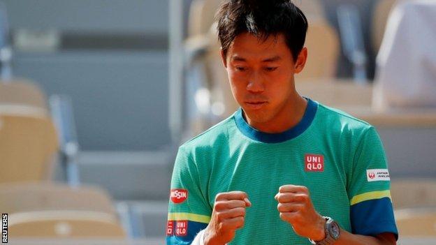 Кей Нисикори празднует победу над Кареном Хачановым на Открытом чемпионате Франции по теннису
