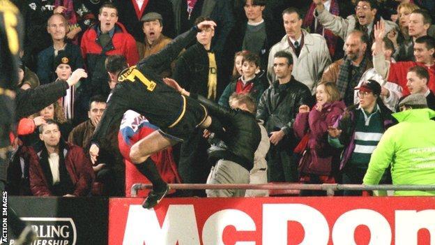 Eric Cantona kung fu kicks Matthew Simmons