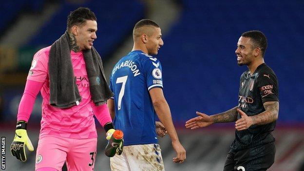 Los brasileños Ederson (izquierda) y Gabriel Jesus (derecha), que juegan en el Manchester City, con su compatriota Richarlison, que juega en el Everton.