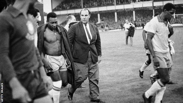 Pelé depresso lascia il campo al Goodison Park dopo aver perso 3-1 contro il Portogallo nel 1966.