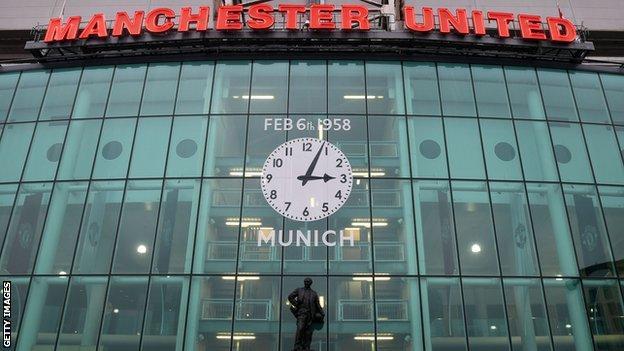 Old Trafford'daki Münih anıt saatinin bir görüntüsü