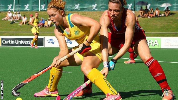Kate Richardson-Walsh challenges Australia's Georgia Nanscawen