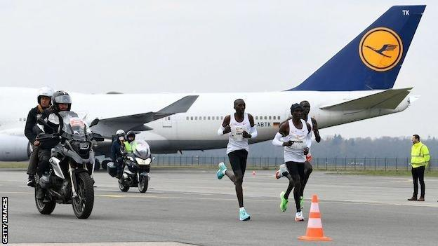 Eliud Kipchoge leads the NN Mission Marathon at Twente Airport