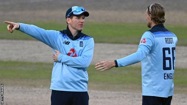 Eoin Morgan speaks to Joe Root about his field settings