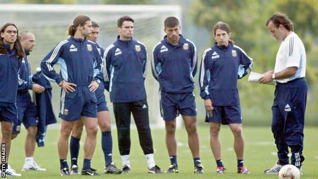 Bielsa giving instructions to his Argentina squad, including Mauricio Pochettino and Diego Simeone, before facing England at the 2002 World Cup group stages