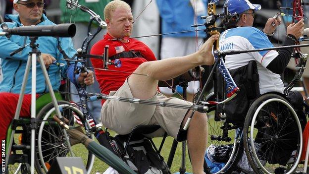 """USA """"armless archer"""" Matt Stutzman"""