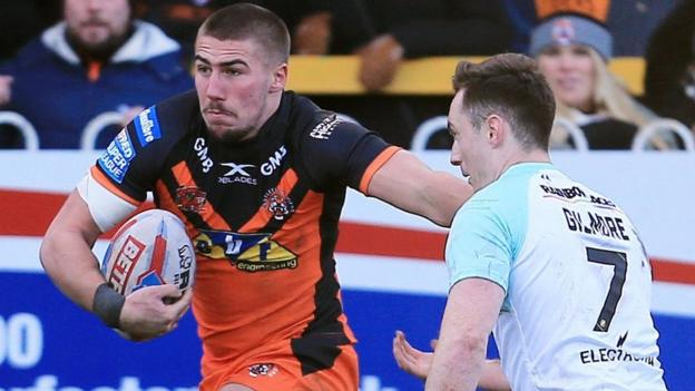 Castleford hold on to beat Widnes for first win of season
