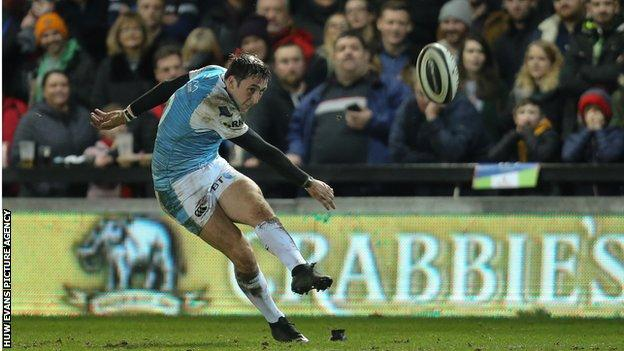 Fly-half Sam Davies missed a late penalty that would have given Ospreys victory