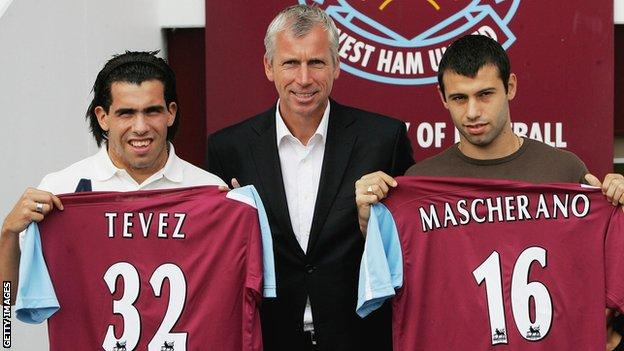 Carlos Tevez (links) und Javier Mascherano (rechts) bei ihrer Enthüllung von West Ham mit Alan Pardew (Mitte)