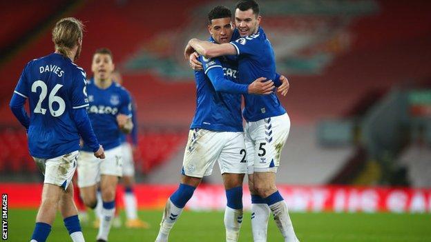 Everton-Spieler feiern ihren Sieg in Anfield