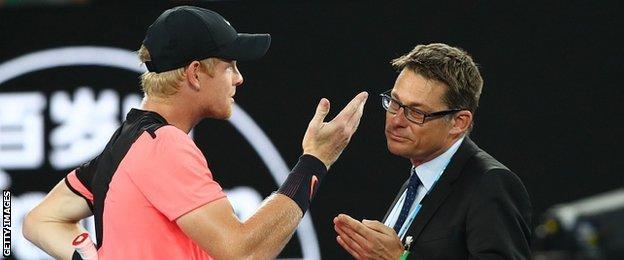 Kyle Edmund talks to the referee