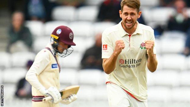टॉम बेली ने समरसेट के खिलाफ लंकाशायर के लिए एक विकेट का जश्न मनाया