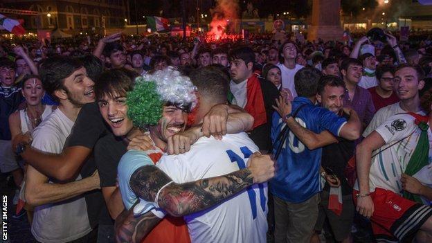 Gli italiani festeggiano la vittoria in semifinale a Roma