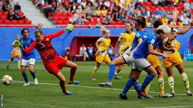 Barbara Bonansea heads in a late winning goal for Italy against Australia