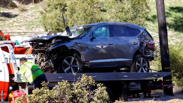 The damaged car of Tiger Woods is towed away