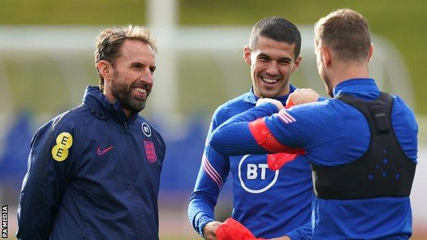 Gareth Southgate with Conor Coady and Jordan Henderson at England training