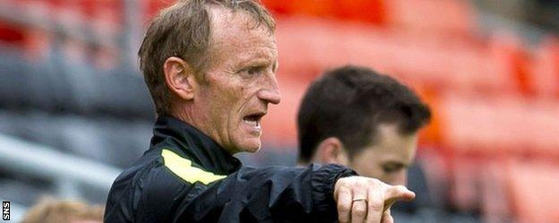 Dundee United's Dave Bowman directs from the touchline