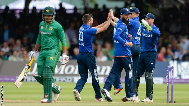 Mark Wood and team-mates celebrate the dismissal of Sharjeel Khan