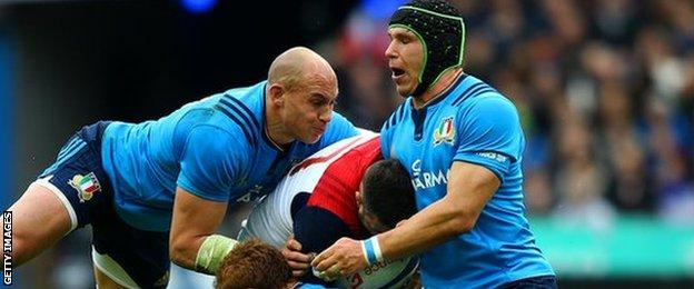 Sergio Parisse tackles