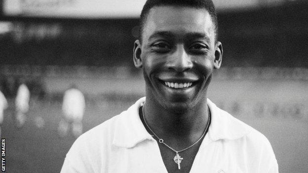 Pele indossa una maglia Santos, 1961.