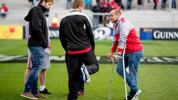 Injured Ulster captain Rory Best talks to Chris Henry and Iain Henderson before the game against Scarlets