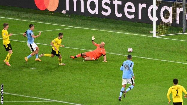 Borussia Dortmund'dan Raphael Guerreiro skoru açıyor
