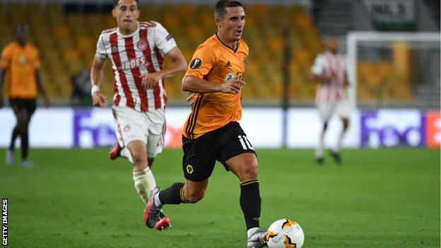 Daniel Podence runs with the ball against Olympiakos