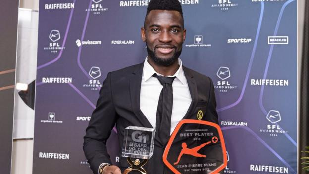 Nsame with his award for Swiss player of the season
