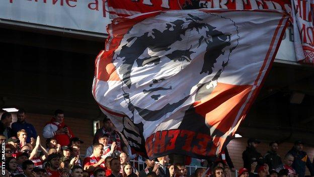 แบนเนอร์ขนาดยักษ์ที่แฟน ๆ ของ Spartak Moscow แสดงให้เห็นถึง Fyodor Cherenkov