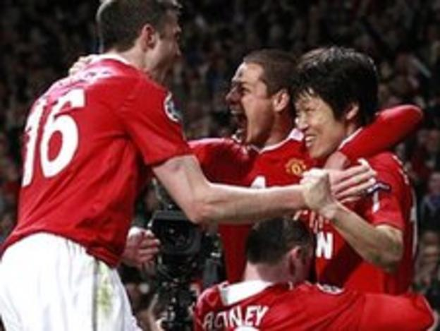 Manchester United celebrate Park Ji-sung's second-half goal