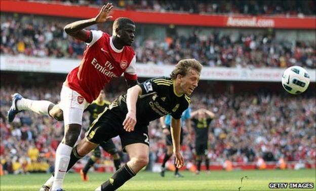 Emmanuel Eboue fouls Lucas Leiva