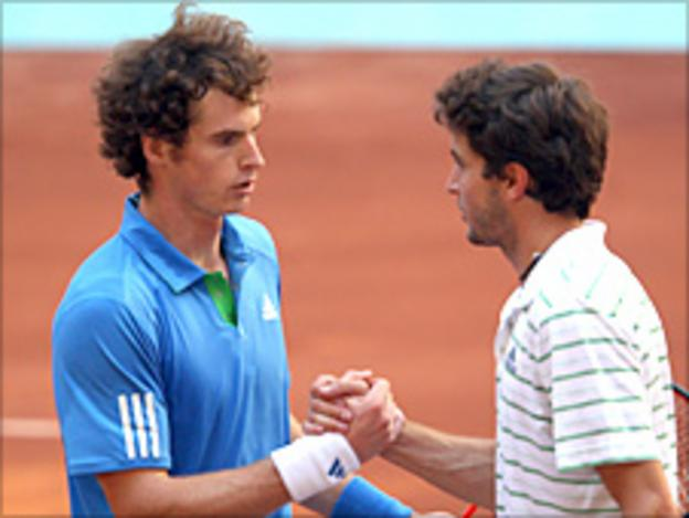 Andy Murray shakes hands with Gilles Simon