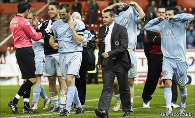 St Mirren manager Danny Lennon and his players celebrate after surviving relegation