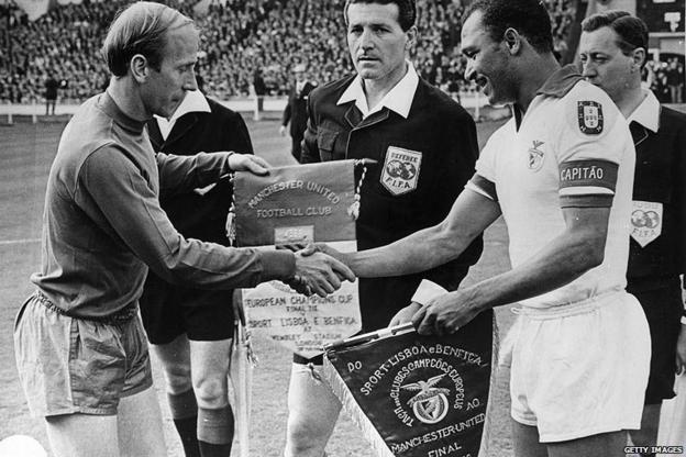 Bobby Charlton and Mario Coluna exchange pennants
