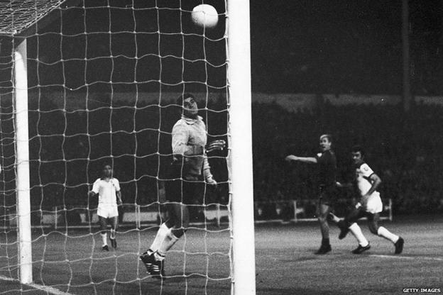 Charlton scores Man Utd's fourth goal