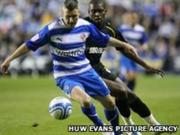 Reading's Andy Griffin and Cardiff's Jay Emmanuel-Thomas battle for the ball