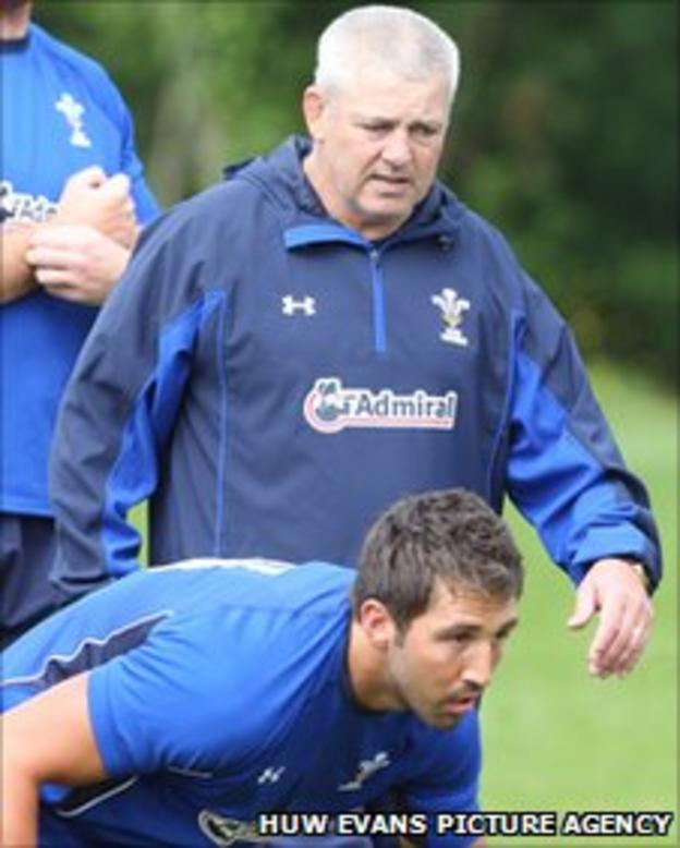 Warren Gatland keeps a close eye on Gavin Henson during training this week
