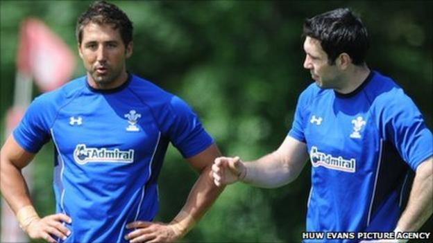 Gavin Henson and Stephen Jones discuss tactics during Wales training