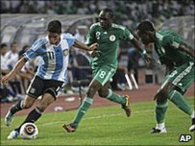 "Taye Taiwo (right) and Peter Utaka (centre) challenge Argentina""s Franco Jara"