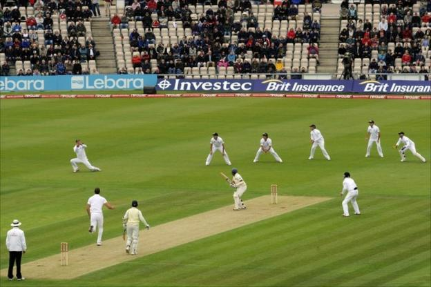 Kevin Pietersen catches Samaraweera at gully off the bowling of Chris Tremlett