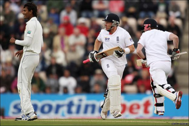 Ian Bell (centre) and Eoin Morgan (right) help England extend their lead